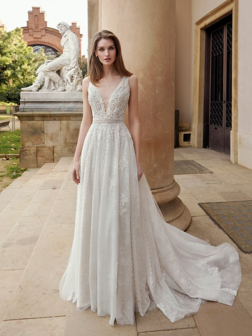 Novia vestida de estilo romántico by Fara Sposa