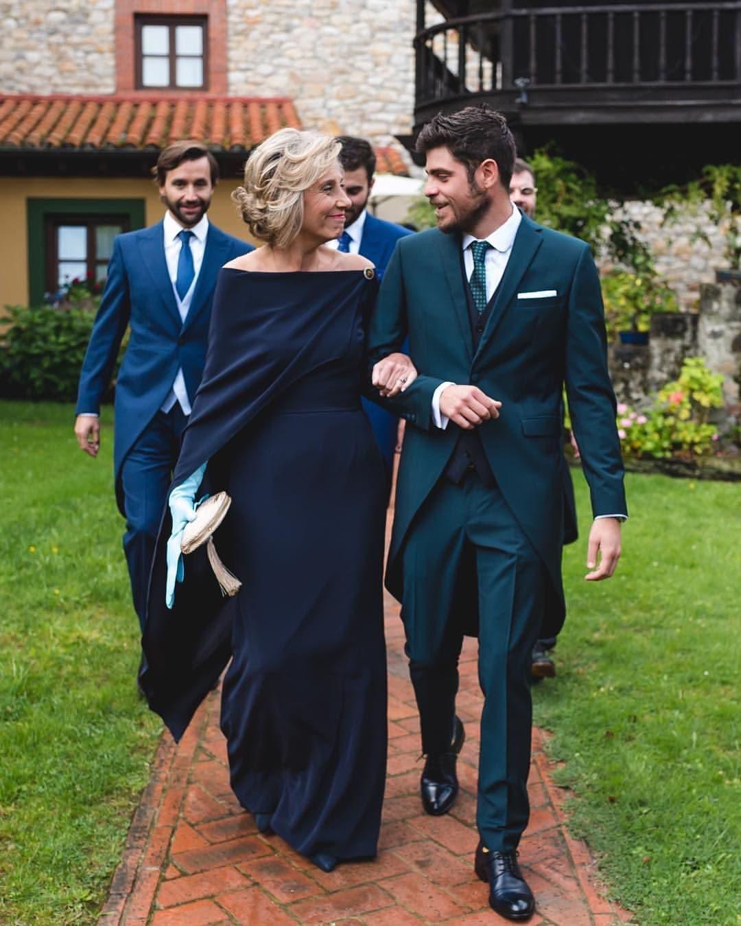 Madrina de boda de brazo con su hijo