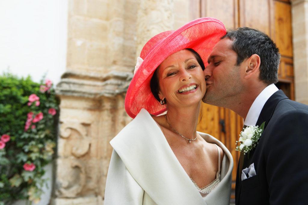 Novio besando a su madrina de boda